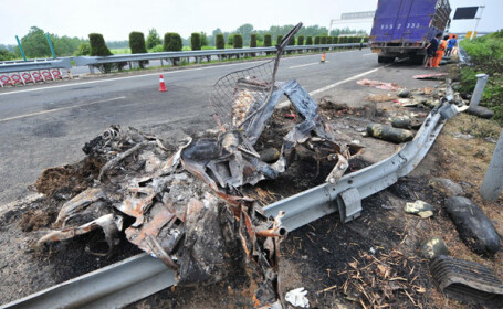 Autocar lovit in plin de un camion in China: ambele autovehicule au luat foc. 23 de oameni au murit