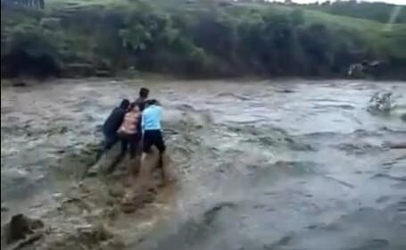 VIDEO cutremurator. Membrii unei familii au murit imbratisati dupa ce au fost luati de o viitura