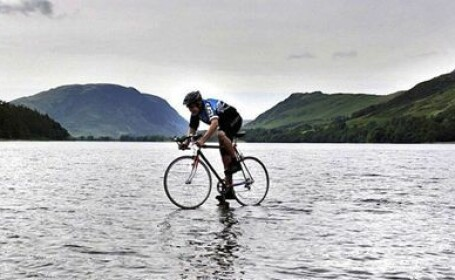 FOTO. Omul care merge cu bicicleta pe apa. Imaginea care te va face sa cauti explicatii