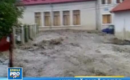 VIDEO. Un parau din Mures a distrus o localitate, dupa o jumatate de ora de ploaie torentiala