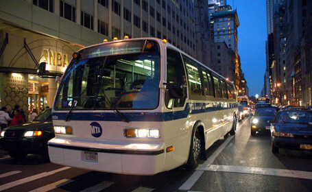 A urcat baut la volan, a izbit un autobuz si l-a proiectat intr-un restaurant din New York