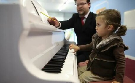 Lavinia Ramirez, fetita de 2 ani canta la pian