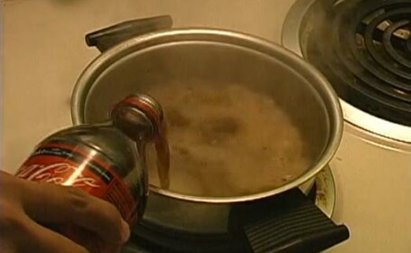 Experiment: Ce se intampla daca fierbi timp de 25 de minute o Coca-Cola. Care este explicatia