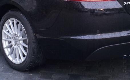 Imaginea nesimtirii. Cum si-a parcat un sofer Jaguarul, in fata unui supermarket. FOTO