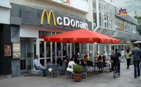 Evacuati dintr-un McDonald\'s, la 80 de ani. Motivul pentru care doi pensionari americani au fost dati afara