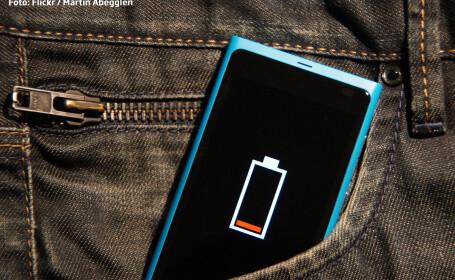 telefon cu bateria descarcata in buzunarul blugilor