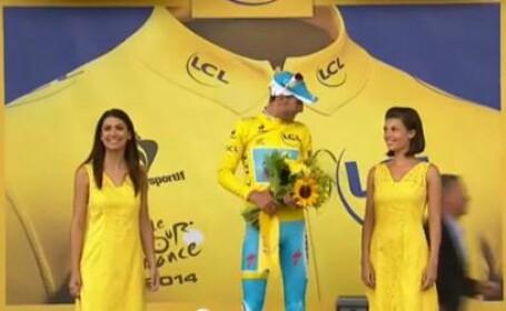 Moment penibil pentru castigatorul etapei a doua a Turului Frantei. Ce i-a facut o tanara in momentul premierii. VIDEO