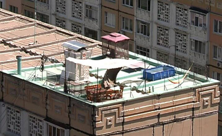 Strand privat pe acoperisul unui bloc de 9 etaje. Ce spun ceilalti locatari: \