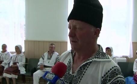 Un primar din Bacau da lectii de dans popular la toata comuna. Nici femeia de serviciu din primarie n-a ratat repetitiile