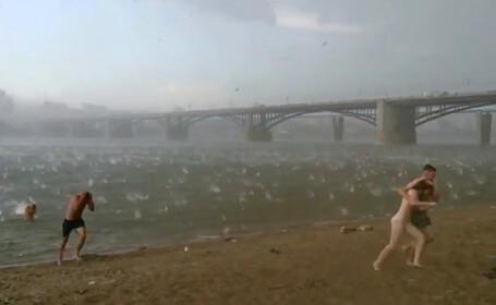 Fenomene meteo rare pentru iulie. O ploaie neobisnuita cu gheata si caderi masive de zapada i-a speriat pe rusi
