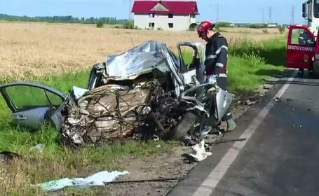 Un sofer de 32 de ani a murit, dupa ce a intrat intr-o depasire periculoasa. Motorul masinii \
