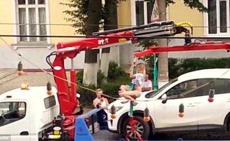 Blonda din Rusia care s-a dezbracat si a inceput sa faca striptease pentru a nu-i fi ridicata masina. VIDEO