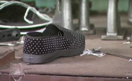 Mii de geamantane cu pantofi, confiscate de la chinezi. Cum ajungea plasticul de la cabluri electrice in incaltaminte