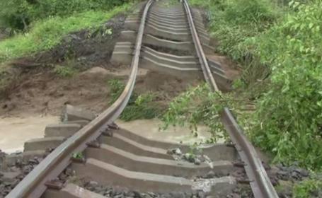 Patru persoane au ajuns la spital dupa ce un tren a deraiat in Arges. Cum arata calea ferata macinata de viitura
