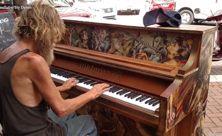 Un om al strazii din Florida s-a asezat la un pian si a inceput sa cante. Ce a urmat i-a lasat fara cuvinte pe trecatori
