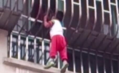 Momentul infricosator in care un baiat a ramas suspendat la etajul al treilea, agatat doar cu capul intre gratii. VIDEO