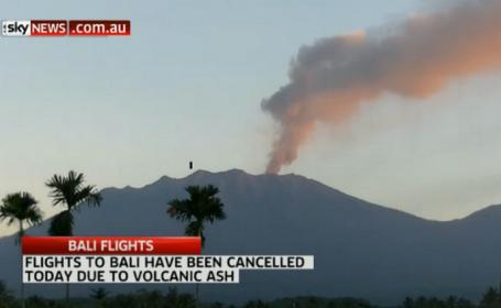 Mii de turisti, blocati pe aeroporturile din Indonezia. Eruptia vulcanului Mount Raung perturtba traficul aerian