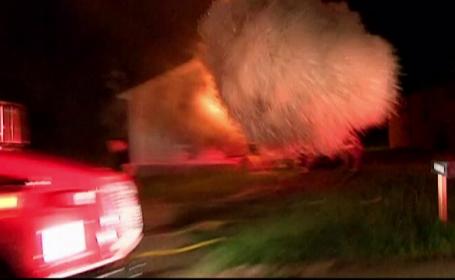 Explozie de proportii surprinsa in direct, dupa ce o casa a luat foc. Inauntru se aflau o femeie si bebelusul ei