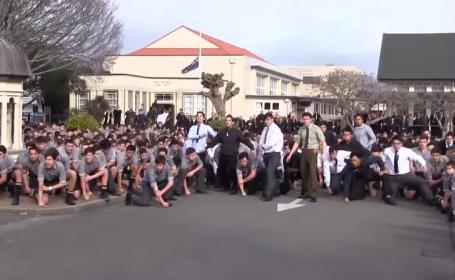 Modul inedit prin care 1700 de elevi au adus un ultim omagiu la inmormantarea profesorului lor VIDEO