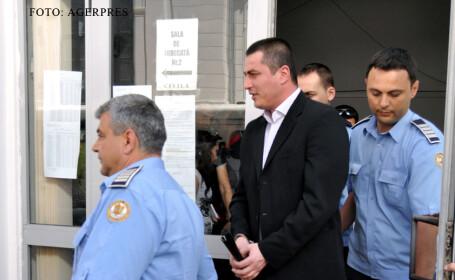 Cristian Cioaca dus in catuse de politisti FOTO AGERPRES