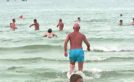 O ploaie de vara i-a racorit pe turistii infierbantati de pe litoral. Cei mai curajosi s-au apucat sa faca baie in mare