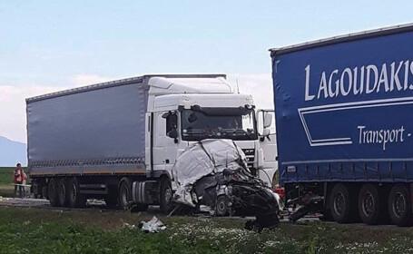 Accident extrem de grav pe DN 13, langa Feldioara. Trei autoturisme au fost strivite intre TIR-uri, la semafor