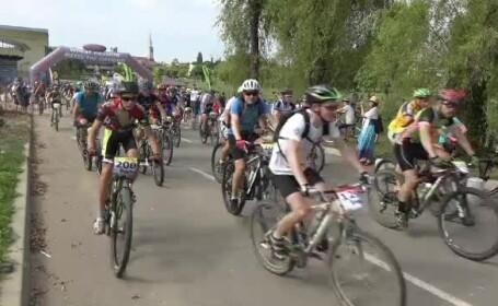 Sute de ciclisti romani si straini au pornit pe doua roti intr-un maraton organizat la Baia Mare. Au pedalat peste 100 km