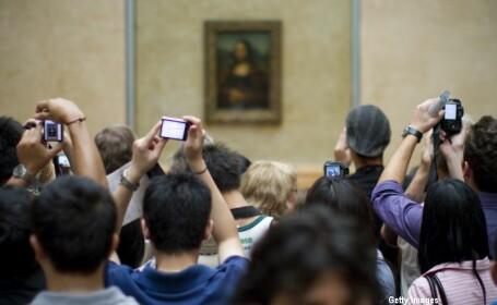 turisti in fata tabloului Mona Lisa