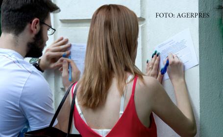 Doi elevi completeaza o declaratie-tip inainte de a sustine proba scrisaƒ la limba si literatura romana din cadrul examenului de Bacalaureat 2016, la Colegiul National 'Gheorghe Lazar'.