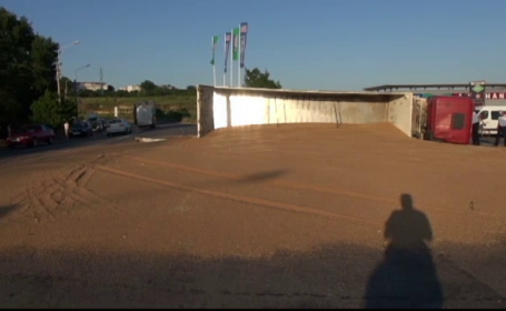 Un TIR care transporta 22 de tone de grau s-a rasturnat intr-o curba, la Galati. Ce s-a intamplat cu soferul autotrenului