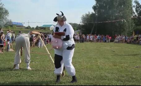 Satul din Rusia unde se organizeaza anual festivalul balegarului. \
