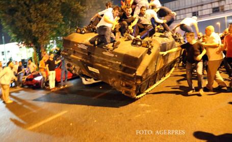 oameni suiti pe un tanc in Turcia