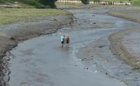 Mii de pesti au ramas in aluviuni, dupa ce doua baraje au fost secate. Localnic: \