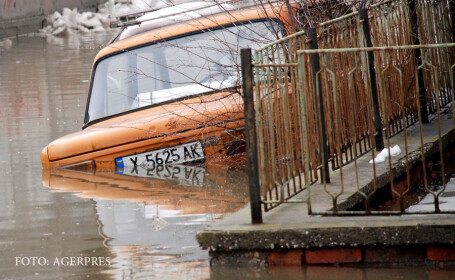 masina cu numar de Bulgaria scufundata in apa