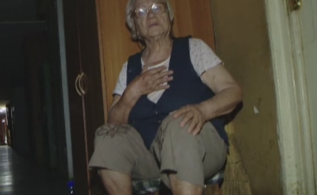 La 87 de ani a ajuns sa doarma pe un scaun in fata garsonierei fiului ei. De ce spune barbatul ca nu o primeste inauntru