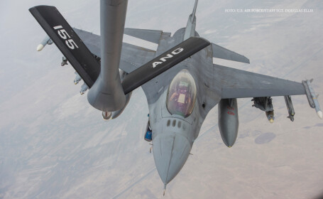 avion american F-16 Fighting Falcon vine la alimentare