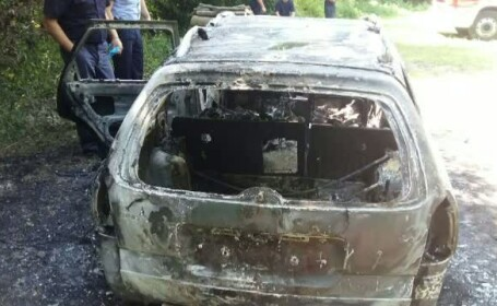 Cadavru carbonizat descoperit intr-o masina incendiata pe o strada din Arad. Trupul se afla pe scaunul soferului