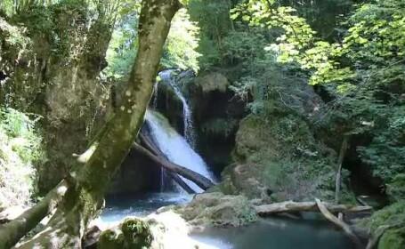 Locul din Romania cu cascade, paduri verzi si apa de un albastru infinit. Canadian: \