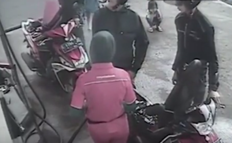 Momentul in care o fetita de 6 ani a fost calcata de o masina, in fata familiei sale. Imaginile surprinse de o camera