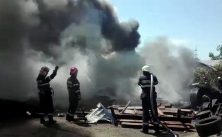 Depozit de anvelope din Baia Mare cuprins de incendiu. Fumul gros a fost vizibil de la cativa kilometri distanta