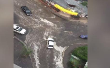 Dupa canicula, furtunile s-au dezlantuit in mai multe judete din tara. In Sibiu, 3 brazi au cazut peste o banca si o casa