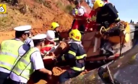 Alunecare de teren filmata in China. Mai multe masini au fost impinse de pe sosea. VIDEO