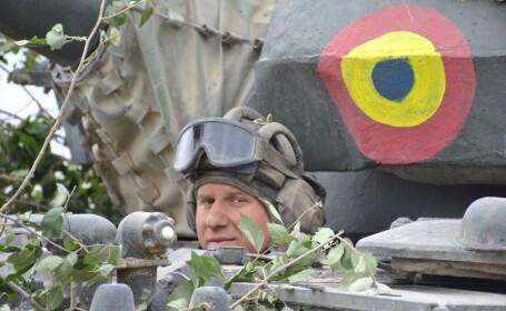 militar roman in vehicul blindat
