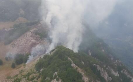 Incendiu in Parcul National Domogled din judetul Mehedinti. Doua focare ale incendiului sunt in continuare active. VIDEO