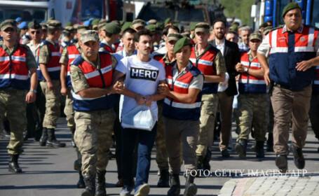 Zeci de turci arestati din cauza purtarii unui tricou