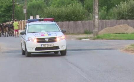 masina de politie pe ulita satului