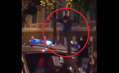 Ce-a pățit un rus care, de bucurie că echipa sa a bătut Spania, a sărit pe duba poliției. VIDEO