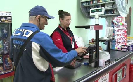Legea care ne permite să scoatem bani cu cardul de la magazin a intrat în vigoare, dar nu este aplicată