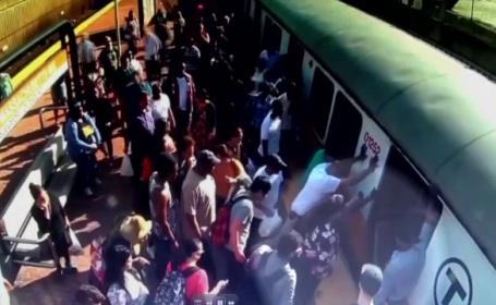 Și-a prins piciorul la ieșirea din metrou. A refuzat ambulanța, speriată că nu avea bani