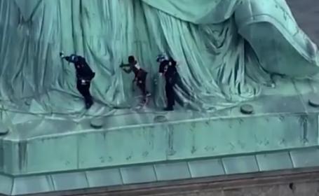 O femeie s-a căţărat pe Statuia Libertăţii. Ce mesaj a vrut să transmită. VIDEO